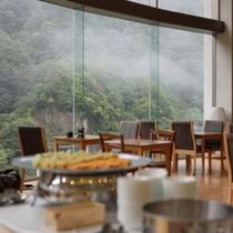 【朝食バイキング】会場はレストラン「マロニエ」。朝もやに包まれると神秘的な雰囲気になります。