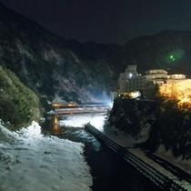 【絶景】ライトアップされた黒部峡谷。夜の雪山もなかなか見応えがあります。