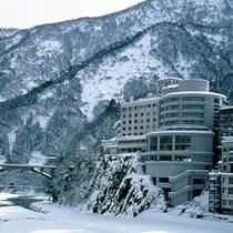 雪の中の延対寺荘
