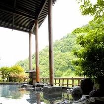 【露天風呂付大浴場】目の前に広がる山々や黒部川の美しい自然が描く美景、せせらぎの音が心地よいです。