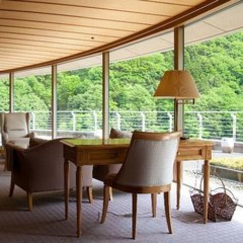 【特別室蘭亭(黒部峡谷側)居間+10畳+6畳】開放感のある部屋でゆっくりとおくつろぎ頂けます。