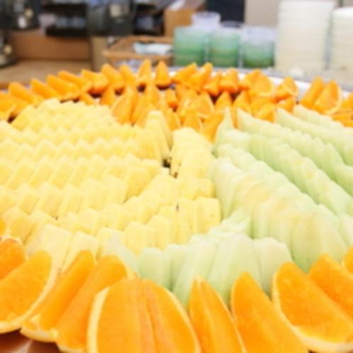 【朝食バイキング】季節のフレッシュフルーツをデザートにどうぞ。ビタミンを効率よく摂取しましょう。