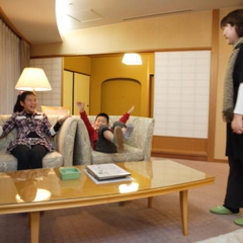【特別室蘭亭(温泉街側)居間+10畳】宇奈月温泉花火大会時にはお部屋から花火が見えます。