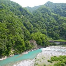 【絶景】延対寺荘の眼前を流れる名水の里、黒部川。エメラルドグリーンに見える川面がキレイです。