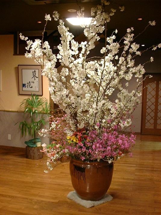 季節の木や花を生け、お迎えしております