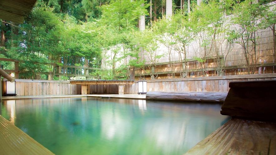 源泉かけ流しの温泉大浴場