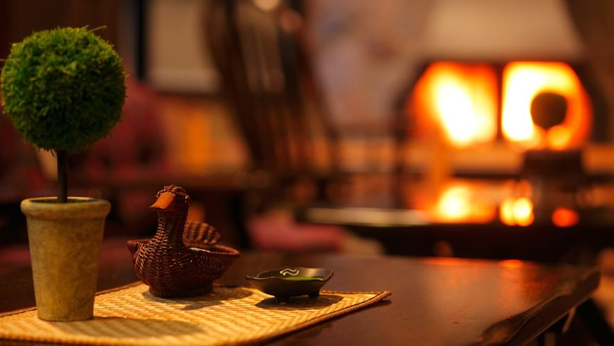 薪暖炉のあるくつろぎのロビー