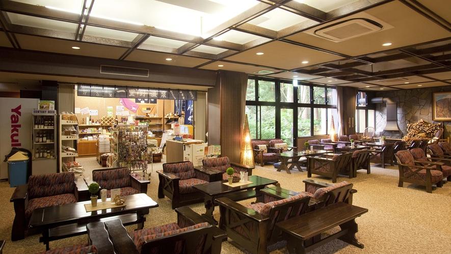 1階ロビーはカフェスペースも兼ねており、売店も営業しております
