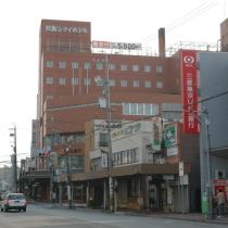 松阪駅より徒歩約2〜3分。赤レンガの外観が目印です。