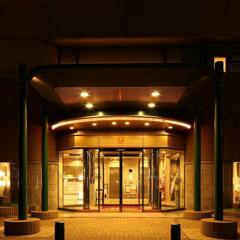 玄関(夜)24時間フロントスタッフが、爽やか笑顔でお出迎えいたします。