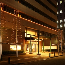 玄関前(夜)ホテルの周りを飾るイルミネーションが温かくお出迎え☆