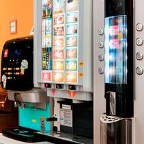 *【ドリンクバー】抹茶ラテ等豊富な種類が嬉しい♪手前のマシンが最高ランクの豆を楽しめるコーヒー専用機