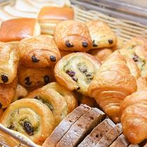 *【朝食バイキング】オリエンタルベーカリーの焼きたてパンが並びます。