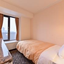 *【シングルルーム】コンパクトですがデスクやバスルームはちょっぴり広く、快適にお過ごしいただけます
