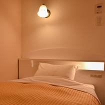 *【シングルルーム】2020年リニューアル!ベッドサイトに照明&コンセントが追加されました。
