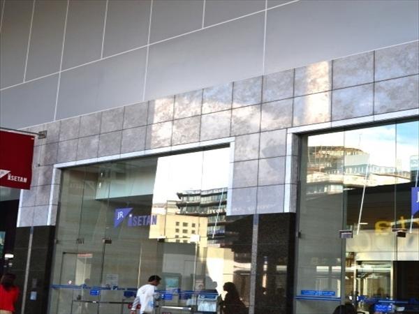 (3)改札を出て左へ向かって歩いて行くと、左手に【JR京都伊勢丹】の入口があります