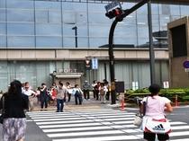 ⑤【京都中央郵便局】に続く横断歩道を渡ります