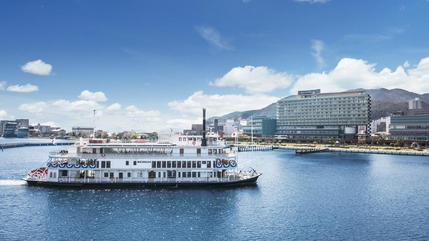 琵琶湖の南湖を周遊する陽気な外輪船ミシガン