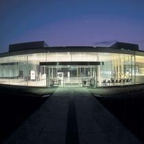 【金沢21世紀美術館】金沢駅よりバスで約20分。L・エルリッヒの『スイミング・プール』が有名です。