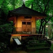 【芭蕉堂】徒歩約25分。俳聖芭蕉を祀った御堂です。大聖寺川の渓流に面して建っています。