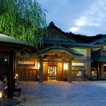 【山中座】徒歩約17分。観光案内やコインロッカーも完備しています。山中温泉街の観光の拠点です。