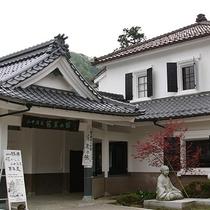 【芭蕉の館】徒歩約15分。かつて営業していた扇屋別荘を改築したもので山中温泉最古の宿屋建築です。