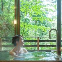 【六庄庵101 露】テラス風の半露天のヒノキのお風呂で上質な温泉をお楽しみください。