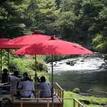 【鶴仙渓 川床】徒歩約12分。4月~10月末のみ。清流を眺めながら加賀棒茶でご一服。