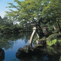 【兼六園】金沢駅よりバスで約30分。日本三名園の一つに数えられる、廻遊式の庭園です。