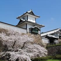 【金沢城跡】金沢駅よりバスで約25分。加賀藩主前田氏の居城です。五十間長屋は一見の価値ありです。