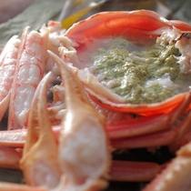 【冬季限定:活蟹の酒蒸し】蟹は茹でるのが一般的ですが、実は蒸すほうが美味しいと言われています。