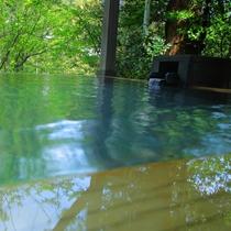 【露天風呂】川のせせらぎ、生き物が奏でる音色、自然の美しさが目の前に広がります。