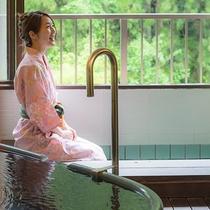【六庄庵102 草】テラス風の趣のある陶器のお風呂や、ちょっとした時に入れる足湯は源泉掛け流しです。
