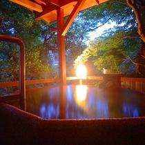 【露天風呂】暖灯に彩られた湯回廊の先の「露天風呂の棟」に男性用、女性用一か所づつございます。
