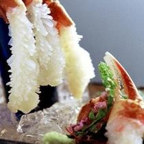 【冬季限定:活蟹刺し】蟹の身の甘味を楽しむのに一番良い食べ方です。旨味と海の香りが口内に広がります。