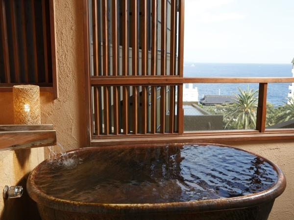 デッキ付きの露天風呂からの眺望。大きな陶器のお風呂が魅力です。