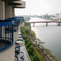 【お部屋】川側 和室/坂本竜馬が泳いだ「鏡川」が望めます