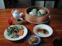 朝食は肉まんと中華粥が人気