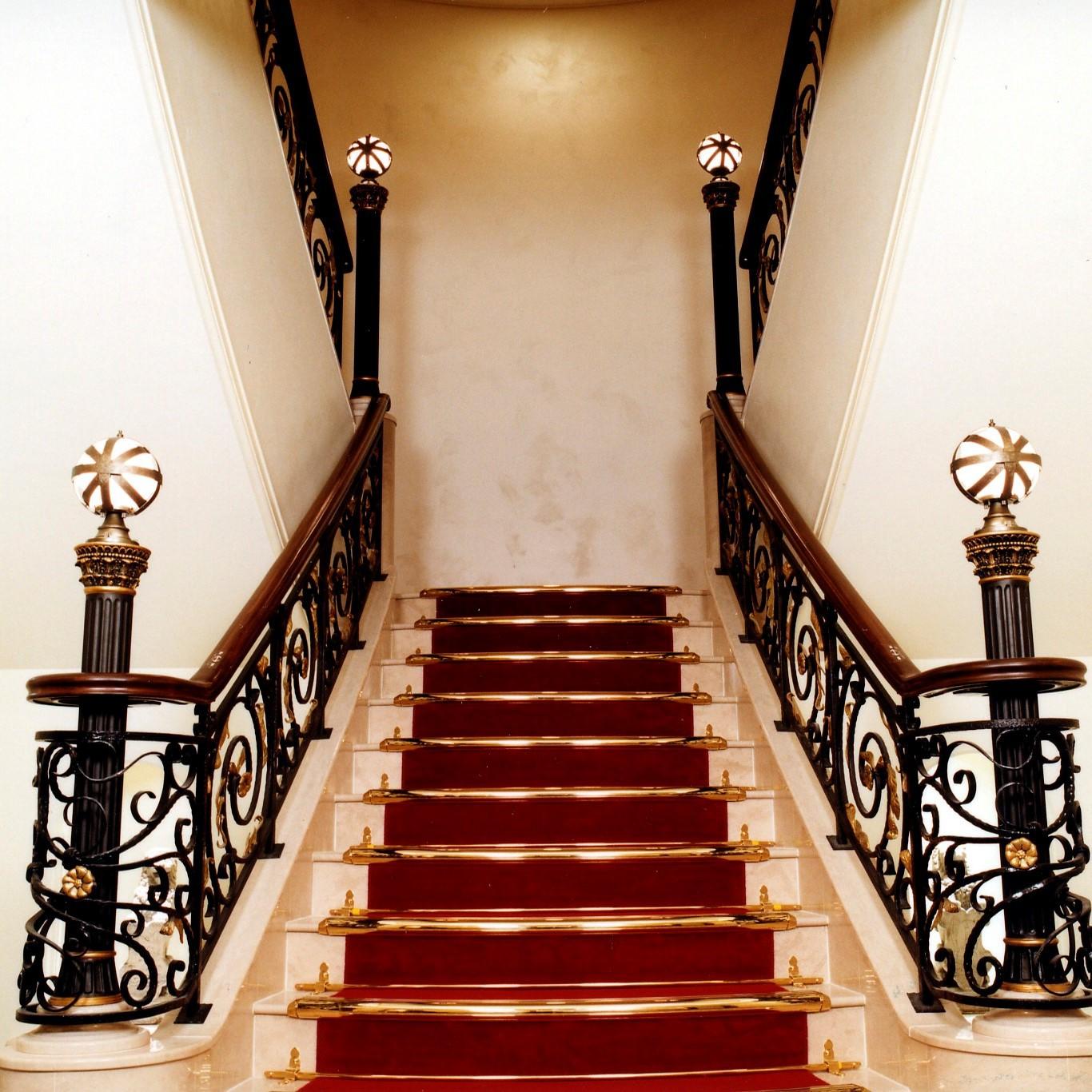 6階から続く螺旋階段