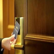 客室キーはカードタイプ。外出時にフロントまでお預けいただく必要はありません。