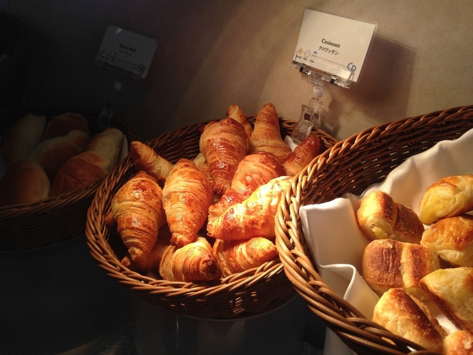 朝食ブッフェのパンは種類が豊富