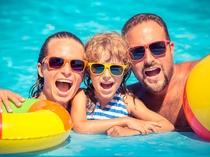 プールで遊ぶ親子