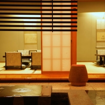 「千代田」/泉水の流れる水の音に心地よさを感じる店内