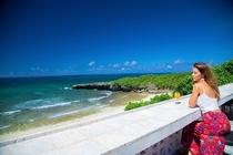 テラスカウンターからプライベートビーチを望む