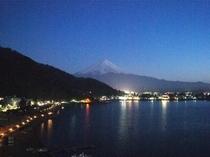 当館より望む富士と湖