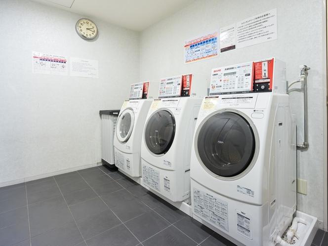 24時間利用可能なコインランドリー(有料)は、10階ガーデン浴場前に3台ご用意しております。