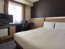シングルB(セミダブル) ベッドはゆとりのセミダブルサイズ。ズボンプレッサーも標準装備。