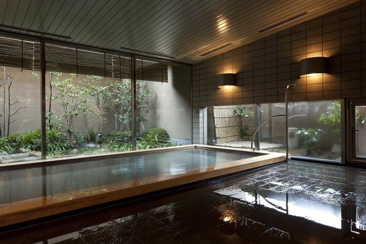 最上階10階には大浴場をご用意。庭園を眺めながら足を伸ばし、疲れを癒すリラックスタイム。
