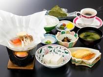 朝食は和定食をお食事処にてご用意いたします。