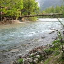 上高地の大自然・雪解けの川